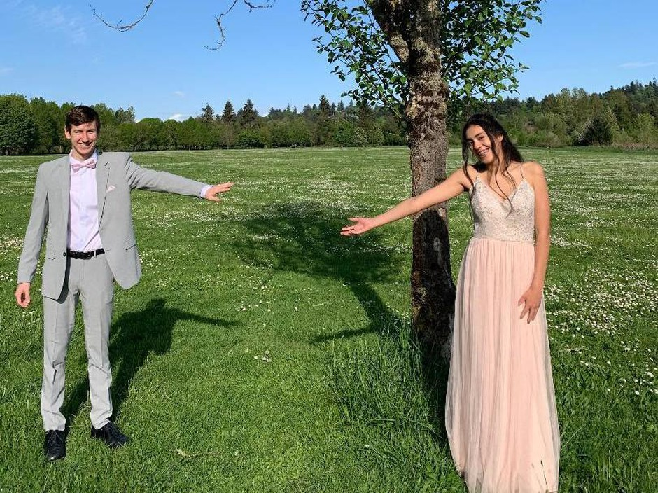 "Mariana Acosta and her boyfriend, Connor Oliver, posed for some ""socially distant"" photos at a local park prior to their living room prom."