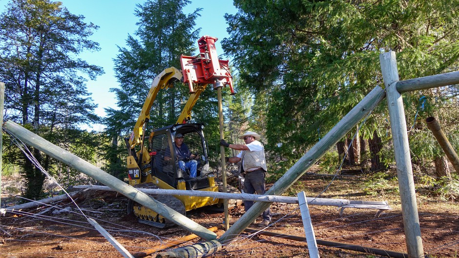 John Carpenter and Pedro Ibarra install a fence designed to keep wolves off the Mill-Mar Ranch in Southern Oregon.
